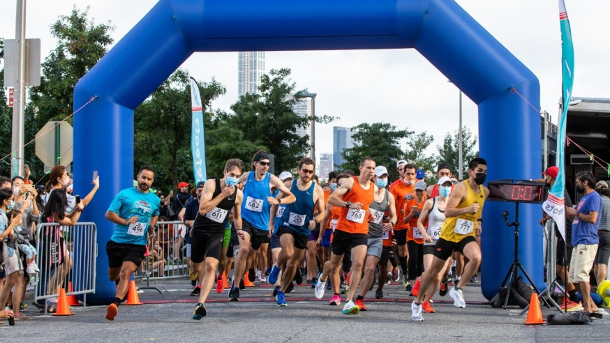 Runners setting off on the LIC 5K Saturday (Photo Alex Lopez)